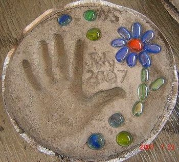 Art project! For around the fire pit.Gardens Stones, Hands Prints, Garden Stepping Stones, Gift Ideas, Mothers Day Gift, Kids, Mother'S Day, Mothers Day Crafts, Gardens Step Stones