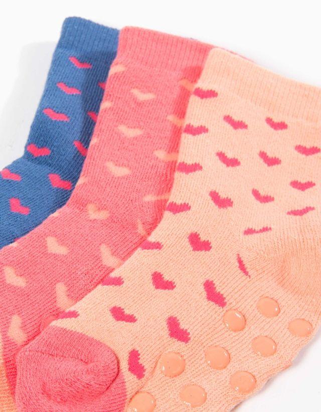 Pack de três meias de menino antiderrapantes, com aplicações na planta do pé, garantem uma boa aderência ao pavimento evitando quedas.