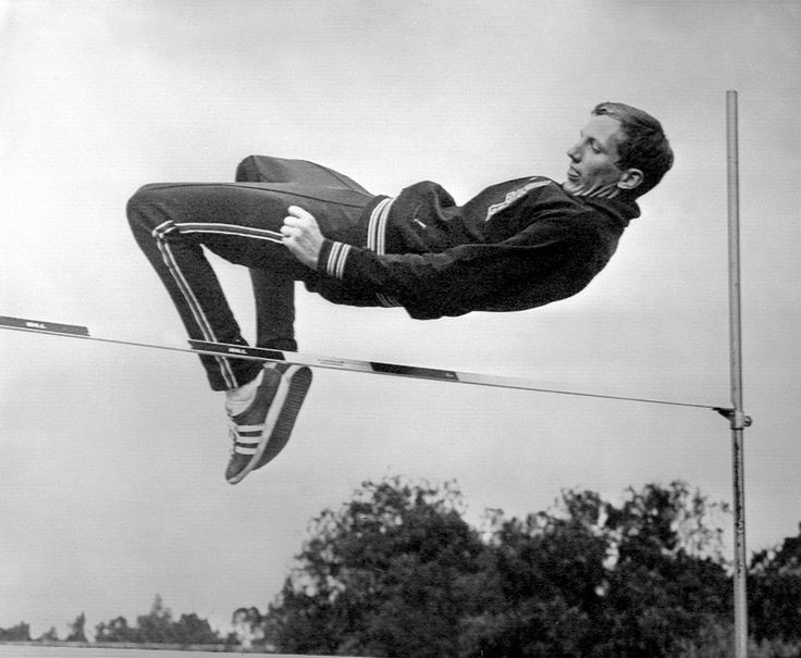Dick Fosbury, à l'entraînement au Jeux olympiques de Mexico, en 1968. Il remporte la médaille d'or et instaure une nouvelle technique de saut, «le saut en Fosbury», aujourd'hui pratiquée par les athlètes du mondeentier.