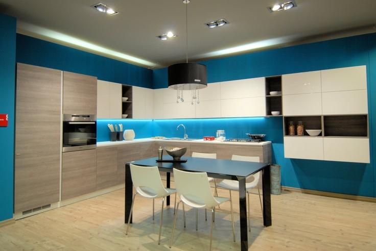 Disponibili i nuovi tavoli e sedie Scavolini, nella foto: Tavolo Tai Allungabile (€. 1.290,00) , con sedie Look (€. 95,00) davanti alla cucina Liberamente