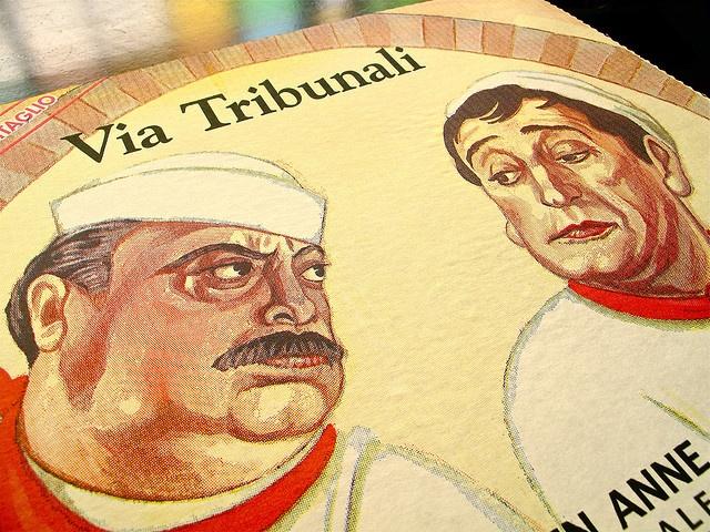 """Dal gruppo Flickr """"Pizza boxes around the world"""" prendiamo in prestito questo capolavoro in cui Totò e Fabrizi sono affiancati ed uniti da uno sguardo estremamente caratterizzato. Espressionismo allo stato puro."""