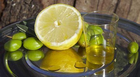Pressez un citron dans l'huile d'olive et vous n'arrêterez plus jamais d'utiliser cette mixture ! Découvrez pourquoi