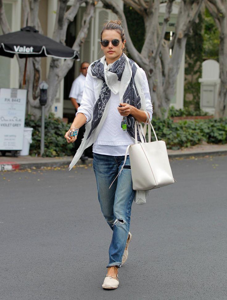 buty, chusta - Alessandra Ambrosio opanowali niefrasobliwe LA klimat dżinsy chłopaka, biały sweter i światłem drukowane szalik.