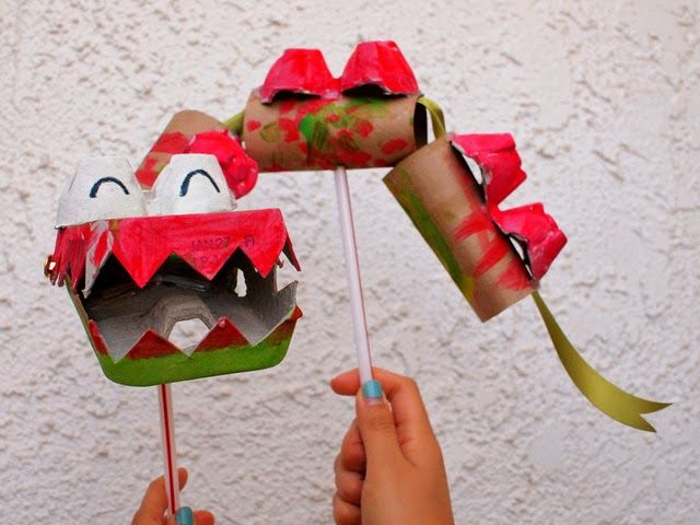 Año Nuevo chino del dragón de marionetas hechas de materiales reciclados (cartones de huevos y rollos de papel higiénico)