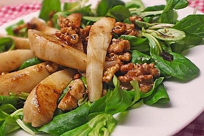 Feldsalat mit gebratenen Birnen und Walnüssen