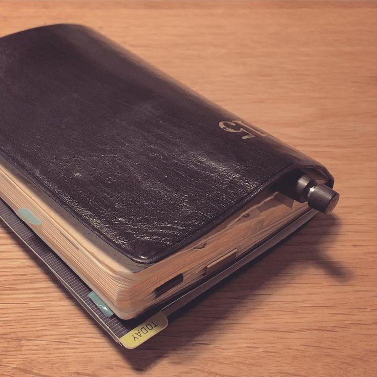あっ と言う間に12月ですね。 約一年、使い倒した能率手帳ゴールドはこんな感じ。 表紙にペンを指したり、裸で鞄に放り込んだりしてたのでボロボロです。来年はもう少し丁寧に扱おうかな…。 ていうか来年の手帳買いに行かなきゃだ。 #能率手帳ゴールド #lamy2000