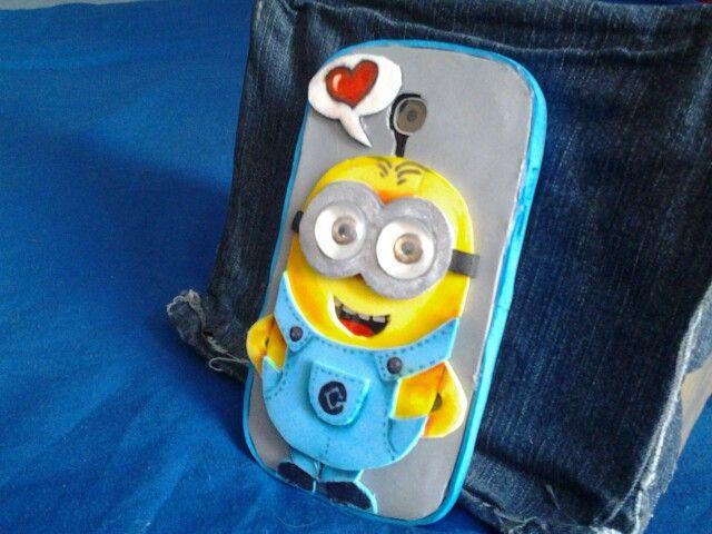 Coque pour mon portable en goma eva. J' ai recouvert certaines parties avec du vernis à ongles transparent  (la bulles ,les boutons, les chaussures. .). Les yeux sont des billes plates peintes par en dessous.