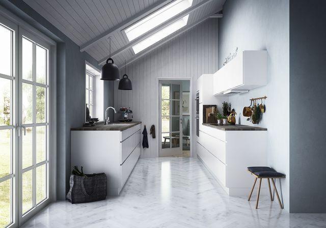 Le style nordique sublime cette cuisine équipée toute de blanc vêtue.