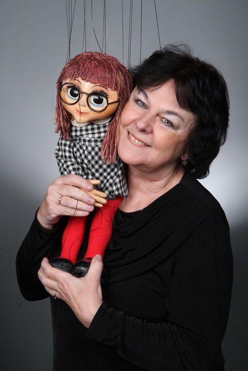 Květoslava Plachetková  - loutkoherečka  - vodí Máničku,  ztvárňuje řadu dalších rolí  včetně veliké řady hlasů v našem divadle, na CD, v rozhlase atd.