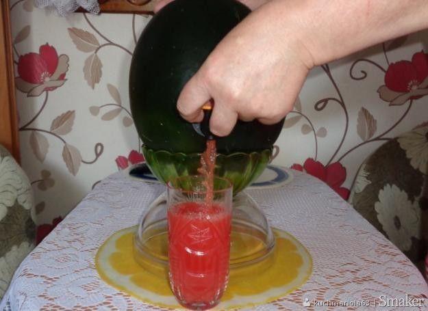 Zimny alkoholowy drink z arbuza.