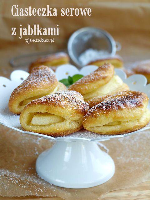Печенье сыра с яблоком25 граммов белого сыра 25 г сливочного масла 25 г пшеничной муки 1 яичный желток