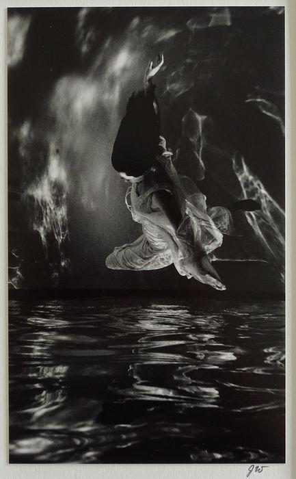 Foto ; John Wimberley - Realization of Anima - 1984  John WImberley - Realization of Anima Conditie : UitstekendAfmeting : 355 cm x 28 cmAfmeting fotobeeld : 12 cm x 20 cmIn Passe-partout Gelimiteerd : nummer 11Gesigneerd op voorzijdeStempels op achterzijdeNegatief : 1981Handmade by the Artist !!Een van zijn bekendse foto's John M. Wimberley ( geboren juli 1945 ) is een Amerikaanse fotograaf en kunstenaar. Hij heeft uitgebreid gefotografeerd in het Amerikaanse Westen . Zijn oeuvre omvat dus…