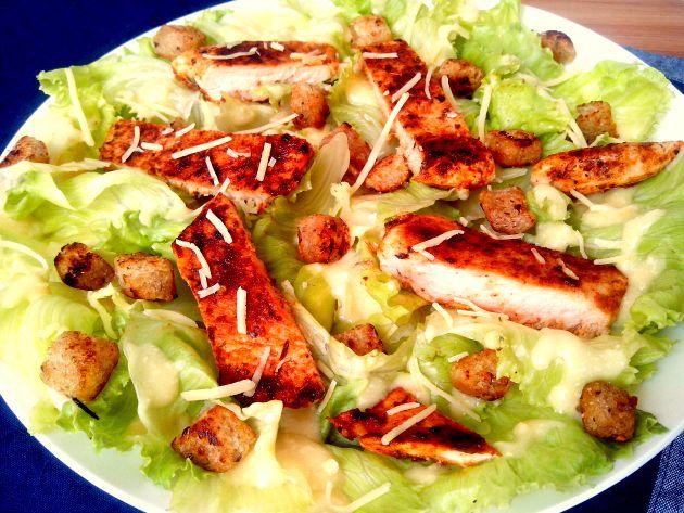 Nos dias mais quentes parece que a fome diminui. É nessa época de verão que eu abuso das saladas para substituir os pratos quentes e uma das minhas preferidas é a Caesar Salad. Para deixá-la ainda …