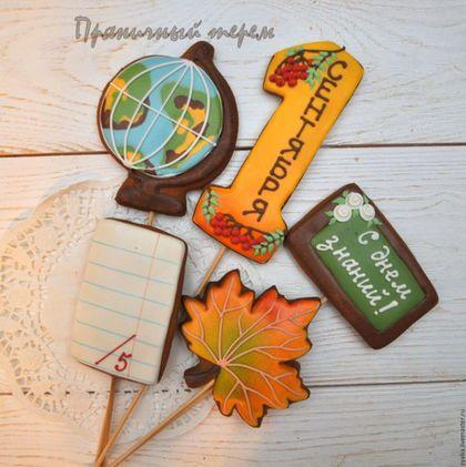 Купить или заказать Букет учителю - пряники на 1 сентября и день учителя в интернет-магазине на Ярмарке Мастеров. Эффектный пряничный букет в корзинке станет необычным и запоминающимся подарком учителю, учительнице или воспитателю детского сада на 1 сентября или день учителя. Упаковкан в прозрачную плёнку с лентой __________________________________________ Своя пекарня. Все пряники съедобные, вкусные и ароматные, не содержат каких-либо искусственных консервантов.