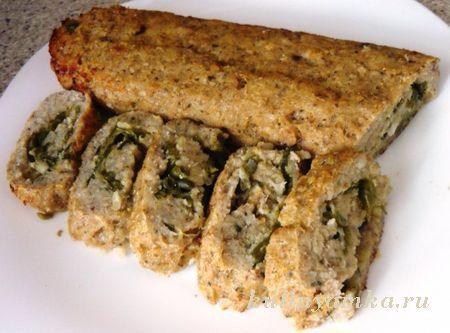 Состав:1 кг Рыбного филе0,5 кг репчатого лука3 сырых яйцасольприправы по вкусузелень укропарастительное маслоПриготовление рыбного рулетаПоловину лука нарезать кольцами и обжарить, а половину - оставить сырым. Рыбное филе пропустить через мясорубку вместе с зе�