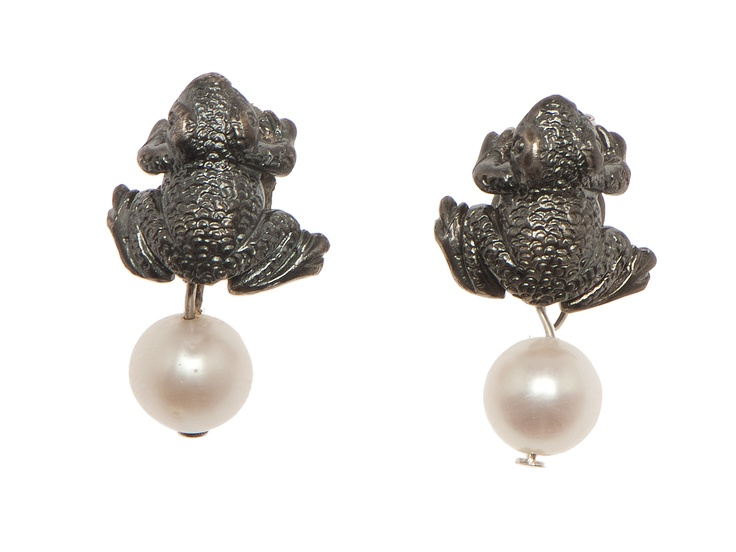 Earrings with frogs in silver and pearls from Post Rosp collection.
