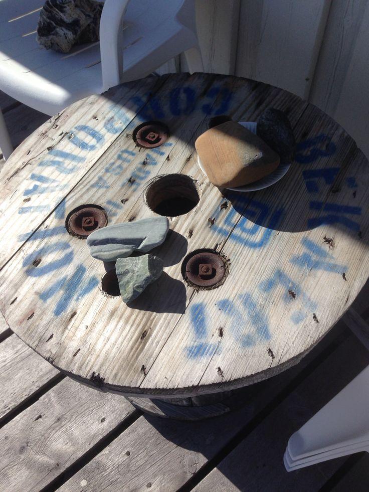 Hytte bord av en gammel kabel trommer