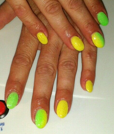 Unghie gel a mandorla giallo e verde fluo