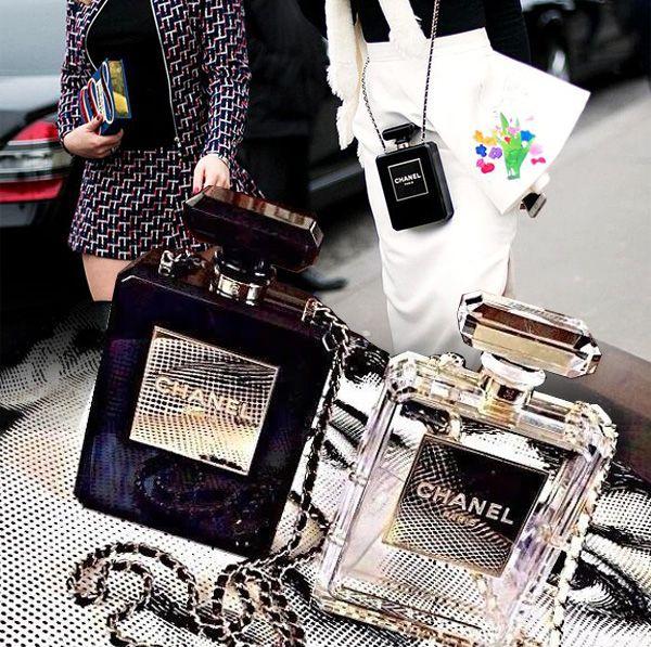 Chanel Şaşırtmaya Devam Ediyor:) Chanel Cruise Koleksiyonu'nun en dikkat çeken aksesuarlarından biri olan Chanel No.5 parfüm şişesi şeklindeki clutch çantalar, sezonun hitleri arasında!