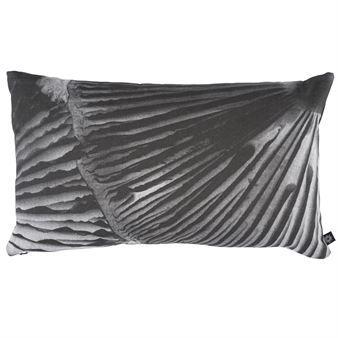 Bele kudde från By Nord Copenhagen är designad med ett enkelt naturinspirerat motiv i minimalistiska färger. Kudden blir dekorativ i din soffa eller på din säng och den passar utmärkt tillsammans med andra sobra färger. Kudden finns tillgänglig i flera olika storlekar. Vilken passar ditt hem bäst
