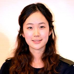 高校で演劇部に所属し、京都造形芸術大学に進学。在学中の09年から、劇作家で演出家の野田秀樹が主宰するワークショップに参加、NODA・MAP公演「ザ・キャラクター」(10)のオーディションに合格し、初舞台を踏む。NODA・MAP番外公演「表に出ろいっ!」(10)ではヒロインの座を勝ち取り、中村勘三郎と野田秀樹との3人芝居に挑戦。その後、NODA・MAP第16回公演「南へ」、阿佐ヶ谷スパイダース「荒野に立つ」、蜷川幸雄演出「あゝ、荒野」(すべて11)に参加し、演劇界の期待の新人として注目を集める。11年、松本佳奈、中村佳代共同監督「東京オアシス」で映画デビューを果たし、以降「草原の椅子」や「舟を編む」(ともに13)などに出演、。「シャニダールの花」(12)では映画初主演を務めた。山田洋次監督の「小さいおうち」(14)では、昭和初期の東京郊外の家に住み込みで働く女性を好演し、ベルリン国際映画祭で銀熊賞(最優秀女優賞)を受賞。TVドラマでは、「リーガルハイ」(13)やNHK連続テレビ小説「花子とアン」(14)などに出演する。