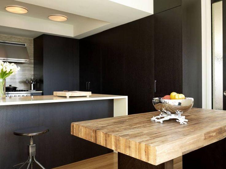 Cucina moderna nera in combinazione con legno, stile maschile elegante