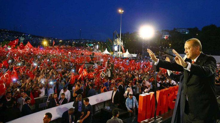 """A un año del fallido golpe en Turquía que dejó 249 muertos, el presidente Recep Erdogan prometió """"arrancar la cabeza a los traidores"""""""