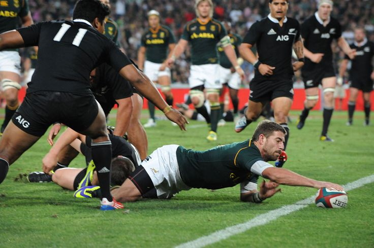 Willie le Roux stretches to score