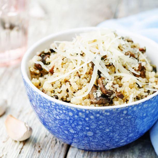 Bolée de quinoa à l'ail, noisettes, champignons et parmesan