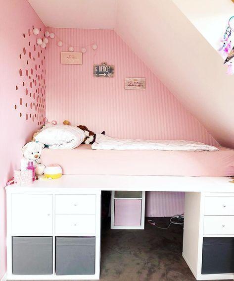 DIY-Kinderbett im IKEA-Regal: Seit dem letzten Foto unseres selbstgebauten Bettes hat sich einiges getan. Ich habe Schubladen und Türen … #ikeahack #kallax # Mädchenzimmer