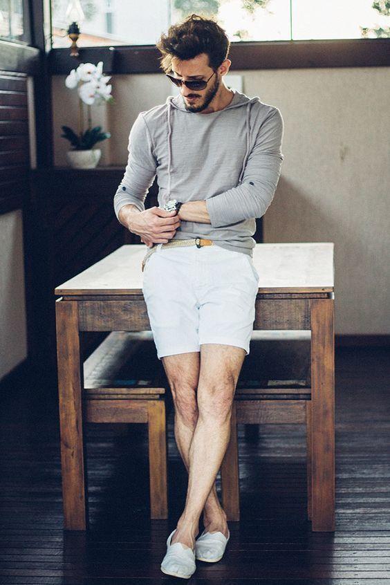 Comprar ropa de este look: https://lookastic.es/moda-hombre/looks/sudadera-con-capucha-pantalones-cortos-alpargatas/20258   — Gafas de Sol Negras  — Sudadera con Capucha Gris  — Reloj de Cuero Negro  — Correa de Lona Tejida Beige  — Pantalones Cortos Blancos  — Alpargatas de Lona Blancas