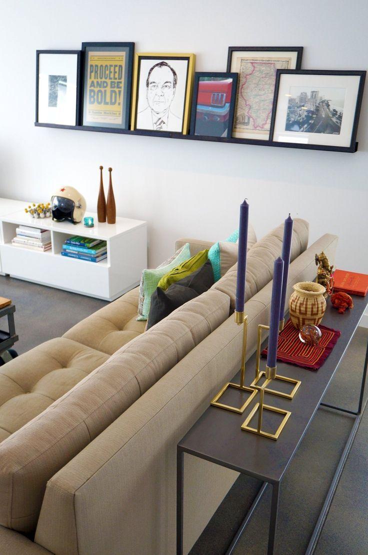 Los cuadros apoyados sobre una estantería son recurso decorativo que se esta poniendo de moda