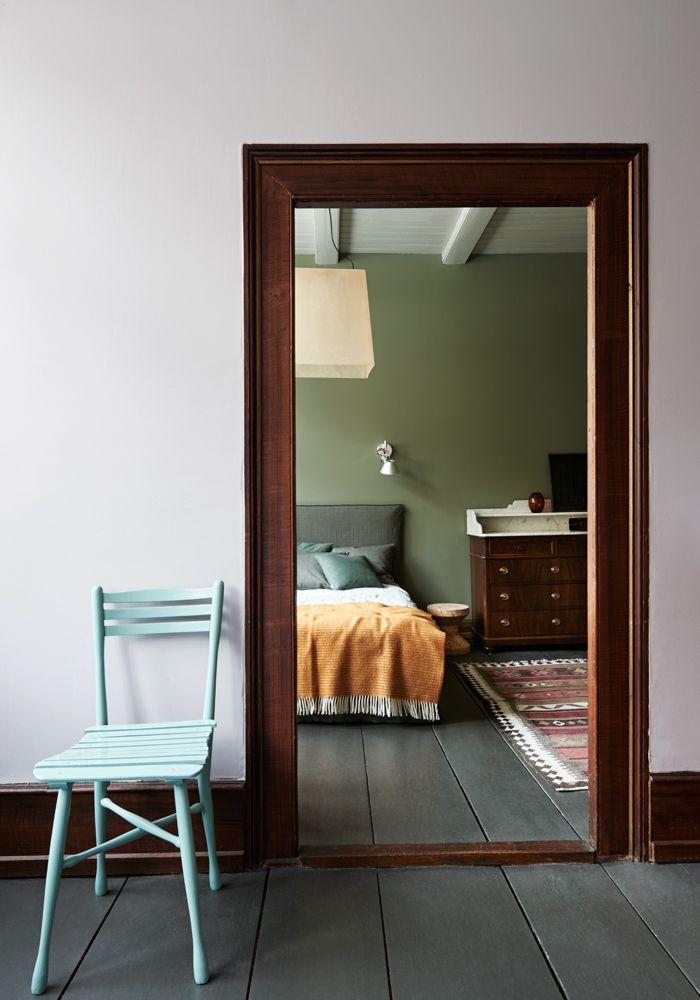 """En 200 år gammal bondgård med tolv rum som målats i 40 olika nyanser har blivit ett fritidshus utöver det vanliga. """"Människor känner sig fria här"""", säger ägarna till huset.Välkommen in..."""