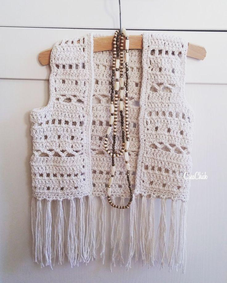 """Van de week kwam mijn dochter uit school met een vriendinnetje. Haar vriendinnetje had een boho vestje aan. Stond heel leuk. Mijn dochter zei tegen mij: """"Mam? Zoiets kan jij toch wel haken? Wil je dat voor mij maken?"""". Yes. Natuurlijk! Graag zelfs. Dus gisteren hebben we samen wol uitgekozen en ben ik samen met haar het vestje gaan ontwerpen. Een paar uurtjes haken en klaar was het vestje al. En het is zo leuk geworden, dat ik ook een patroon ervan deel. Wat heb je nodig? 2 bollen…"""
