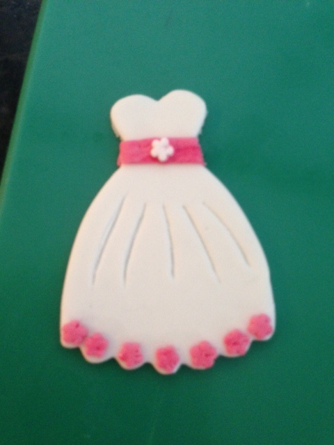 Jurk koekje.... versierd met fondant, leuk voor op een meisjes verjaardag of als traktatie