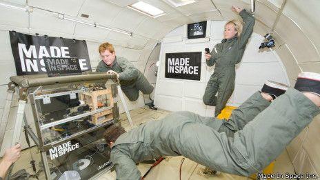 """Los astronautas que viajarán a la Estación Espacial Internacional (ISS, por sus siglas en inglés) en junio de 2014 se llevarán por primera vez una impresora 3D al espacio.  La NASA anunció que ese dispositivo será útil para reproducir piezas que se hayan """"roto o perdido"""" en órbita."""