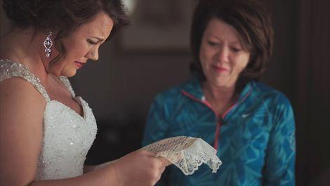 Moeder verrast adoptiedochter op bruiloft met 20 jaar oude brief