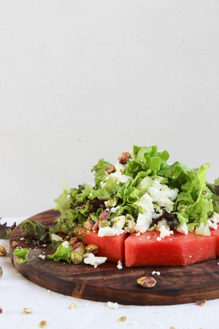Melonsallad med pistage- och myntadressing: En skiva vattenmelon Feta Grönsallad Salta pistagenötter Dressing: 1 dl olivolja En näve färsk mynta 1/2 dl salta pistagenötter Salt och peppar Mixa alla ingredienser till dressingen och smaka av med salt och peppar. Skiva vattenmelonen och dela den i 6 eller 8 bitar beroende på hur stora bitar du vill ha. Toppa ordentligt med grönsallad och smulad feta. Avsluta med att ringla över dressing och tillsätt extra pistagenötter.