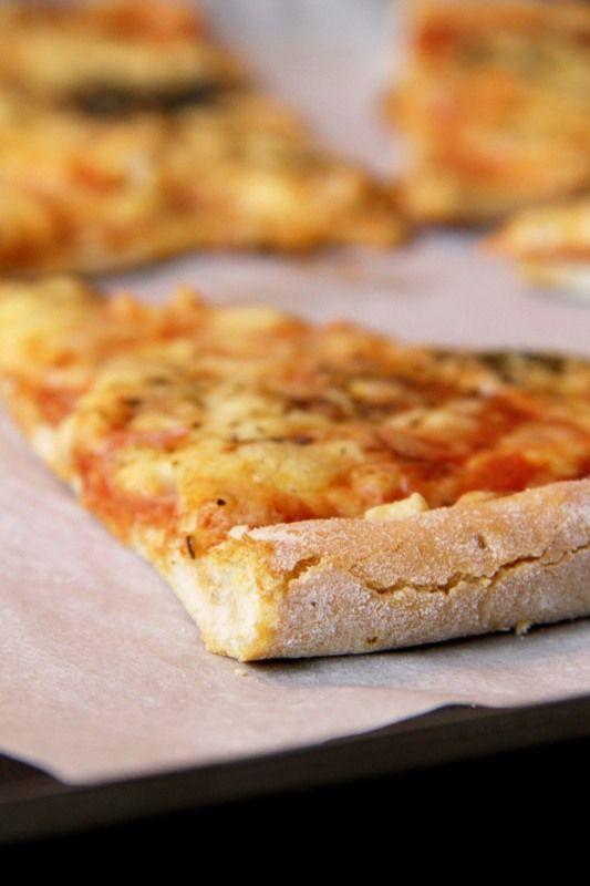 Najlepsze ciasto na pizzę; cienkie ciasto na pizzę; ciasto na pizzę, które się nie gnie; puszyste ciasto na pizzę