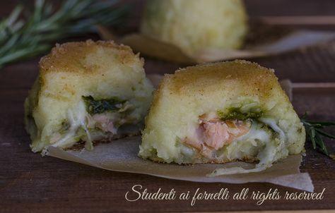 Tortini di patate con salmone pesto e formaggio, antipasto o secondo piatto facile e sfizioso.