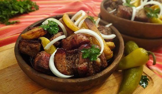 Приготовление Оджахури (Georgian Ojakhuri: Roasted Pork and Potatoes – ოჯახური) на грузинской глиняной сковороде кеци