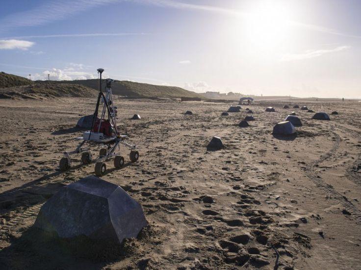 Un rover de l'Agence spatiale européenne sur une plage de Katwijk, aux Pays-Bas.(Comme sur Mars ! Le rover ExoMars de l'Agence spatiale européenne circule entre des rochers artificiels lors d'une sortie-test sur une plage de Katwijk, aux Pays-Bas. Le robot doit être envoyé en 2018 sur la planète rouge, où se promène déjà son congénère américain Curiosity.