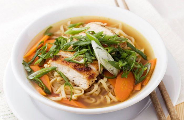 Recept på buljong med nudlar, kyckling och salladslök. I vintertid är det gott att värma sig med en buljongsoppa som lätt blir en favorit.