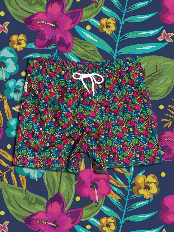 Bañador estampado con diseño de flores tropicales en color verde, rosa y turquesa, con fondo azul marino. Dos bolsillos laterales y cinturilla elástica. DESCRIPICONES SOLOiO mare TOALLAS Toalla de algodón azul con franja de tejido de bañador estampada con print de color. Fabricada artesanalmente en Europa. www.soloio.com  #shoponline #beachwear #beachtowel #towel #print #blue #summercollection #summer #print #green #kiwi #camo #swimsuit #swimshort #menswimsuit #SOLOiOMARE