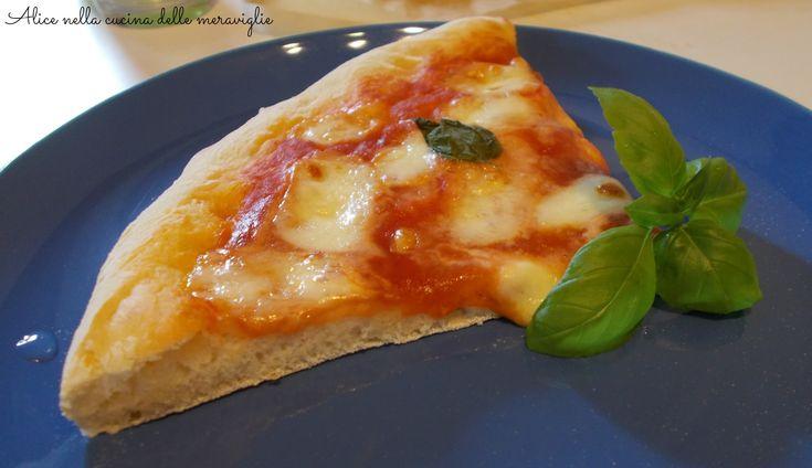 Ecco come preparare una squisita pizza napoletana. Clicca sulla foto per scoprire la ricetta e vedere il procedimento fotografato passo a passo!