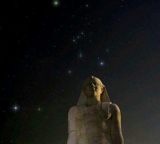 """""""El Sol Central de nuestra galaxia será custodiado por el Guerrero Orión"""" La Constelación de Orión sobre una estatua de Isis, en el templo de los Dioses Egipcios en Nea Makri, Grecia."""
