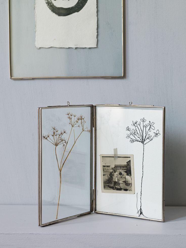 Linda forma de almacenar recuerdos. Los imagino con una foto de mis abuelos.  http://www.coxandcox.co.uk/hinged-glass-frame