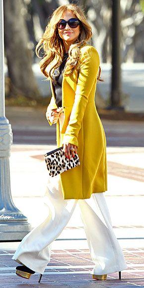 JENNIFER LÓPEZ    La fiebre amarilla nos ha invadido esta temporada, pero afortunadamente sólo en la moda. J.Lo lució fabulosa con un abrigo color amarillo mostaza de la marca The Row, un top negro y pantalones anchos en blanco. ¿Sus accesorios? Unos zapatos negros con plataforma dorada y una cartera tipo sobre con estampado de leopardo en blanco y negro. ¡Una combinación perfecta!