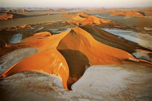 Dune étoilée dans le Rub Al-Khali (Arabie Saoudite)  Les variations saisonnires du vent crent des dunes  plusieurs branches, en forme de pyramide, plus hautes qutendues, qui peuvent dpasser 300 m daltitude.