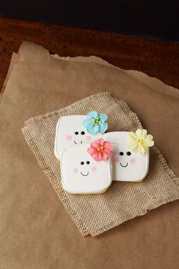 These easy marshmallow cookies are a great project for beginners and kids. They are simple sugar cookies decoarted with royal icing and a candy flower.